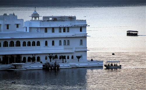 udaipur rajasthan india asia lakepalace lakepichola sunset sundown dusk nightfall eveninglight boats reflectedlight flickrtravelaward