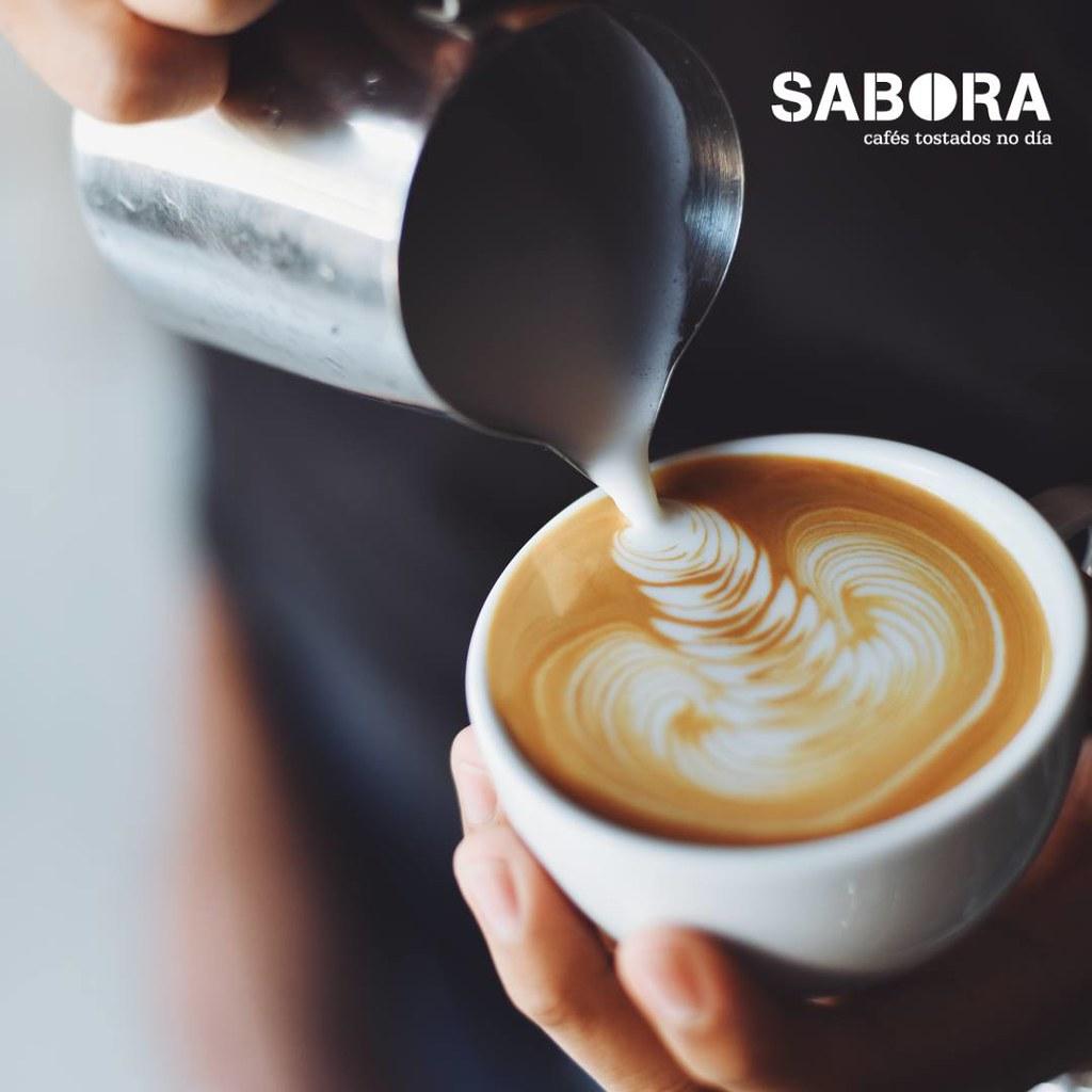 Cappuccino con latte art ao estilo continental