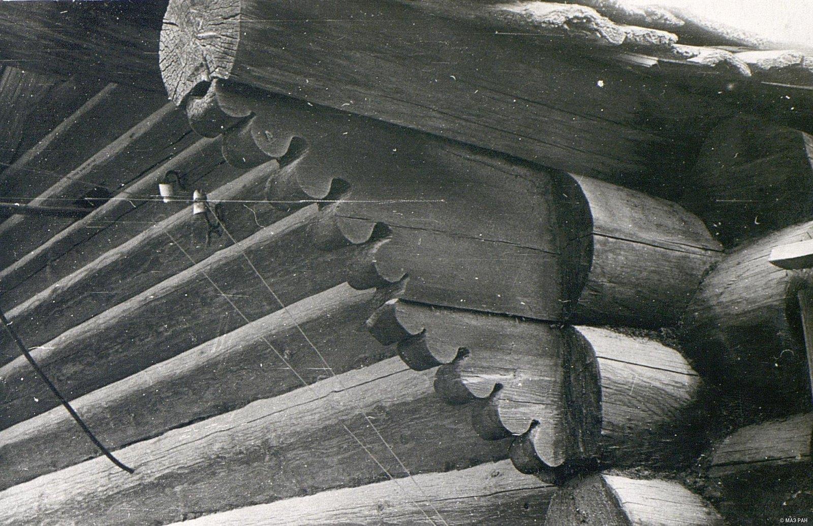 Резной повал (расширенная часть сруба, защищающая стены дома от дождя)1