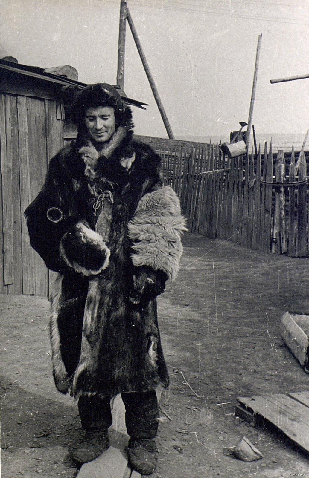Мужчина в зимнем костюме (вид спереди)
