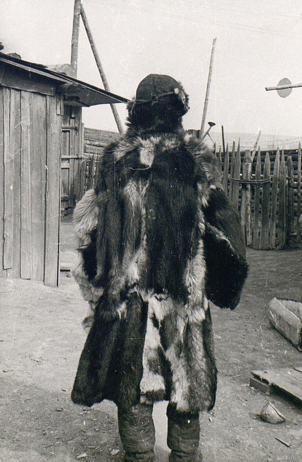 Мужчина в зимнем костюме (вид сзади)