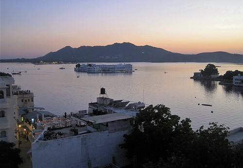 udaipur lakepalace lakepichola rajasthan india inde asia asie lake hotel island architecture sunset sundown dusk nightfall eveninglight