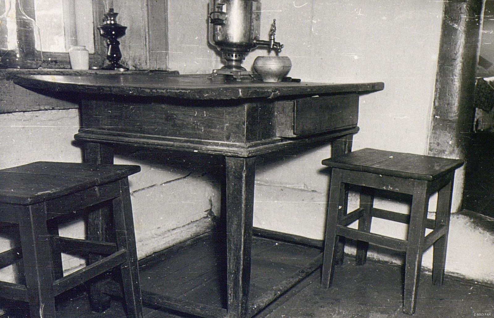 Стол и табуретки в доме А.Я. Вдовиной