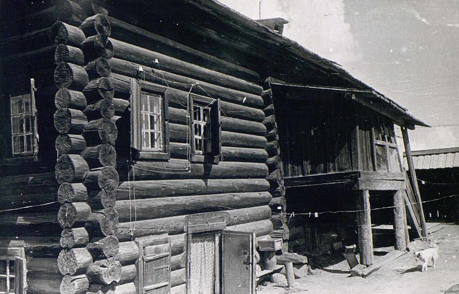Старинный дом И.А. Муратова. Виден вход в подполье - помещение под горницей
