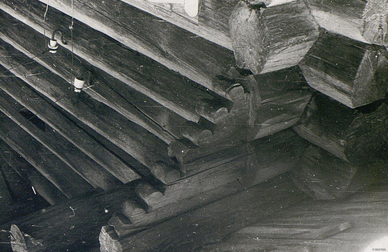 Резной повал (расширенная часть сруба, защищающая стены дома от дождя)