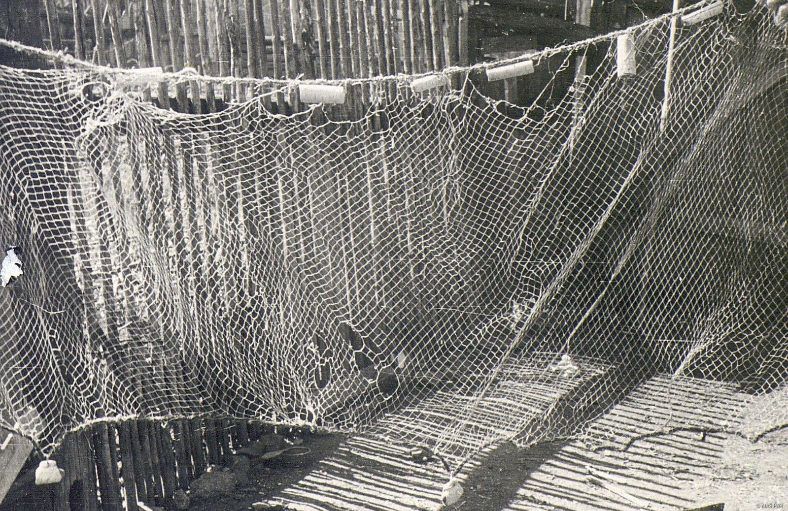 Рыболовная сеть с «цевками» (поплавками) и «кибасками» (грузилами)