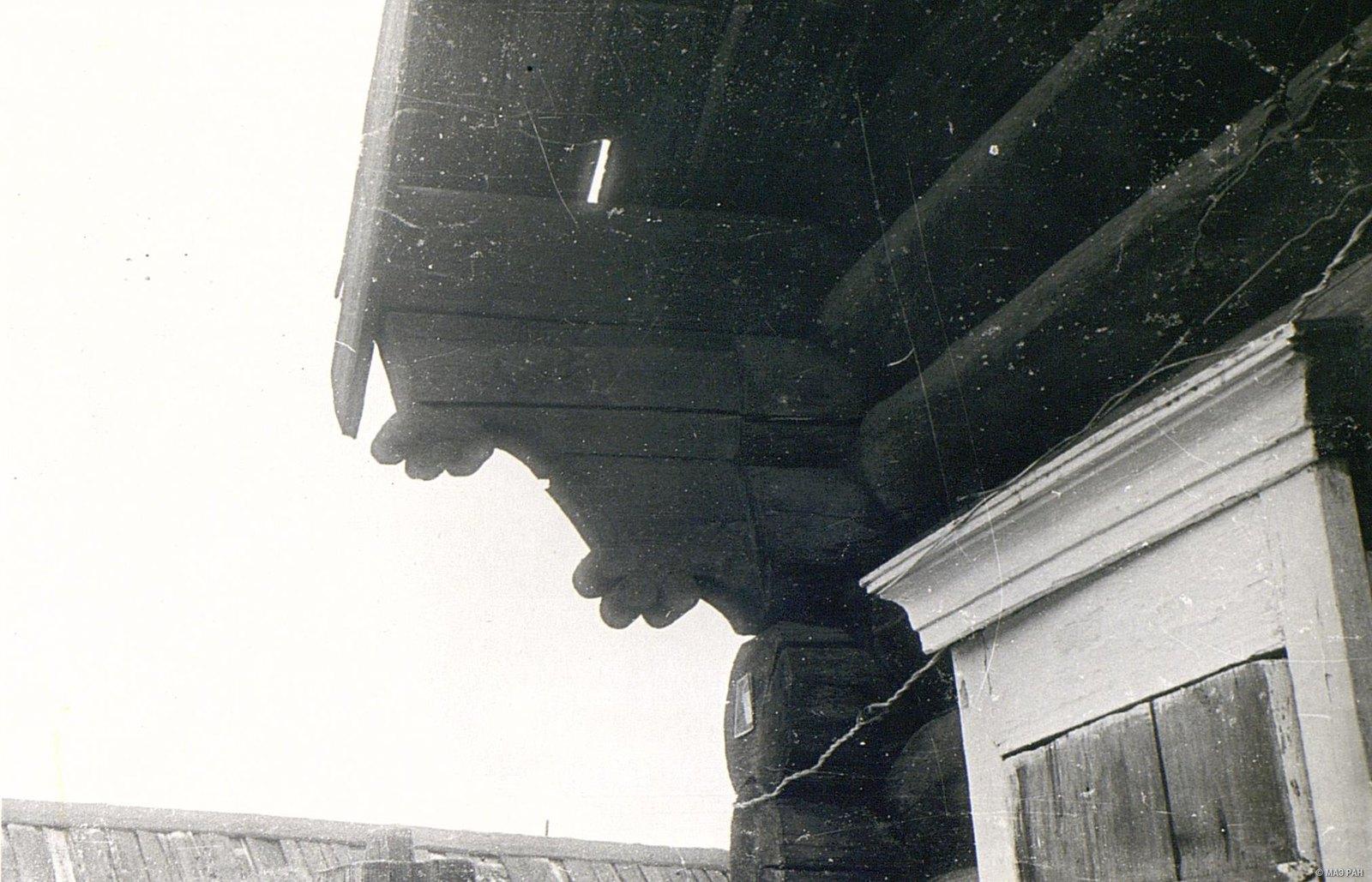 Повал (расширенная часть сруба, защищающая стены дома от дождя)
