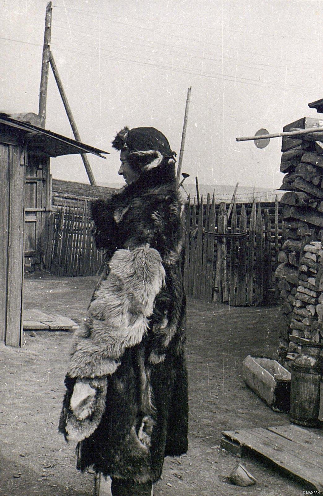 Мужчина в зимнем костюме (вид сбоку)