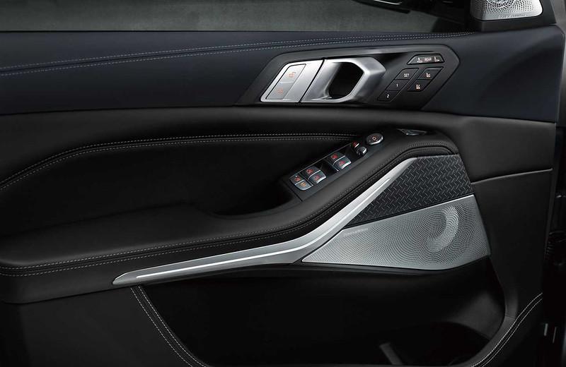 2021-bmw-x7-dark-shadow-edition-door-panel