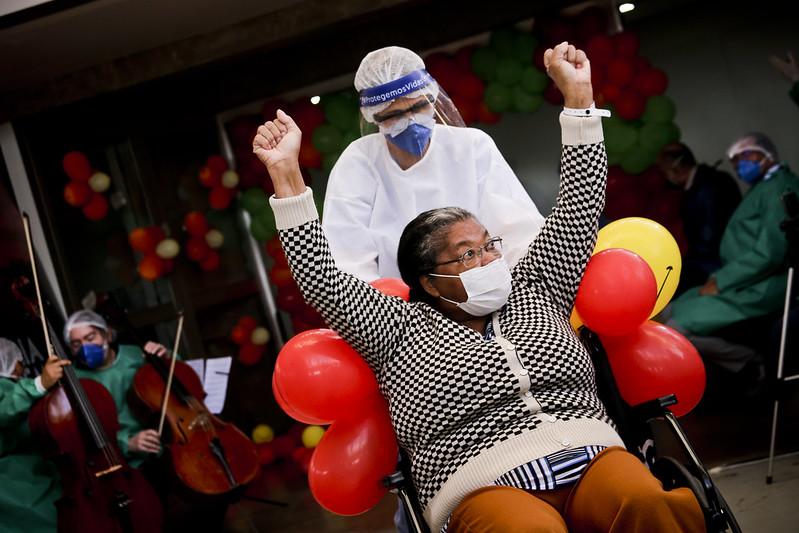 Hospital de Campanha celebra 803 altas ao som de duo de violoncelos