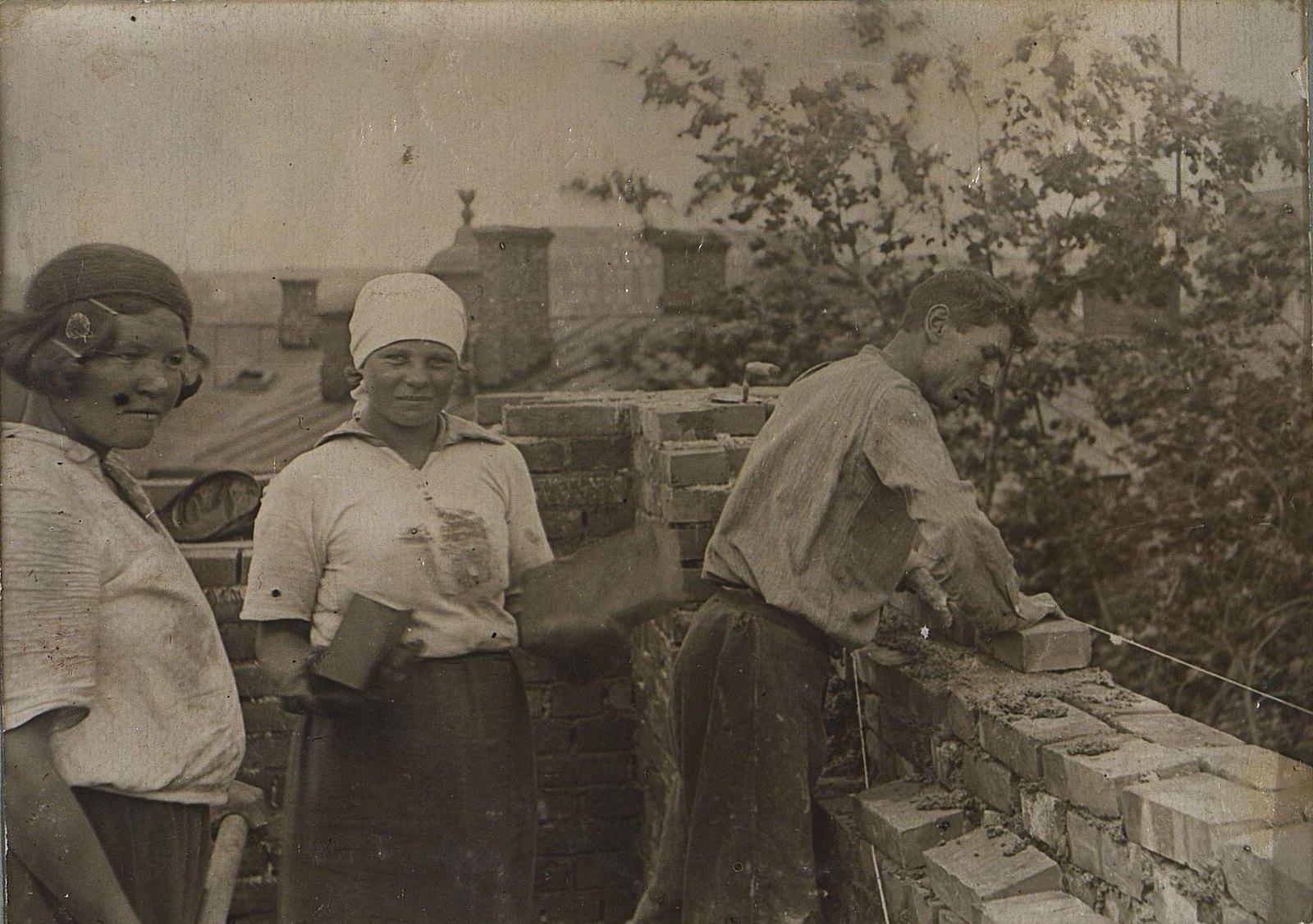 17. 1937. Каменщики за работой на строительстве школы на Нижней Пресне