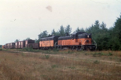 RSD-5 #575 & an unidentified f7 with a freight somewhere around Wausau