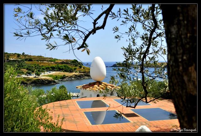 Un oeuf sur le toit de la maison de Dali