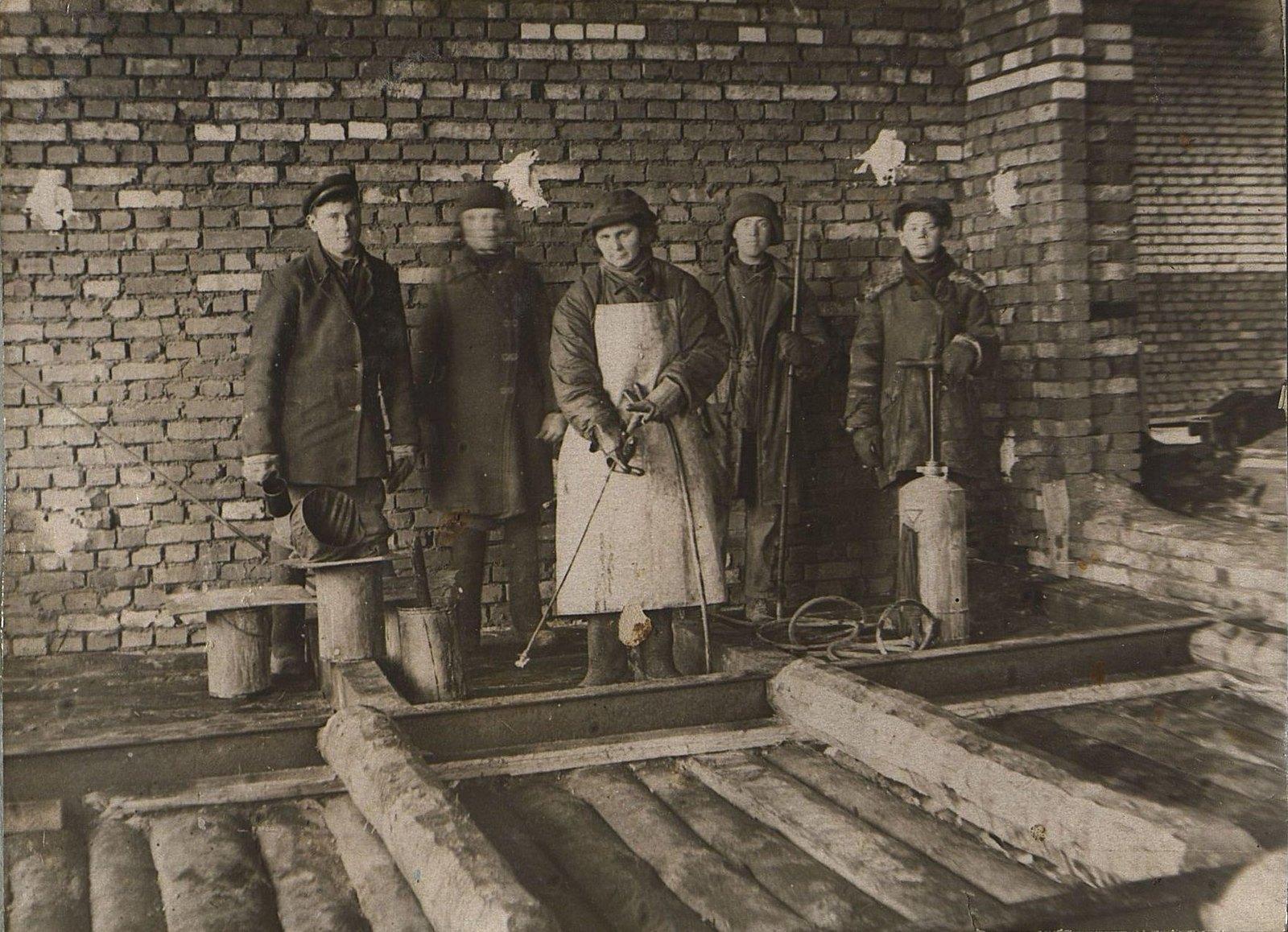 24. 1937. Бригада отделочников на строительстве школы на 3-й Лесной улице. Март