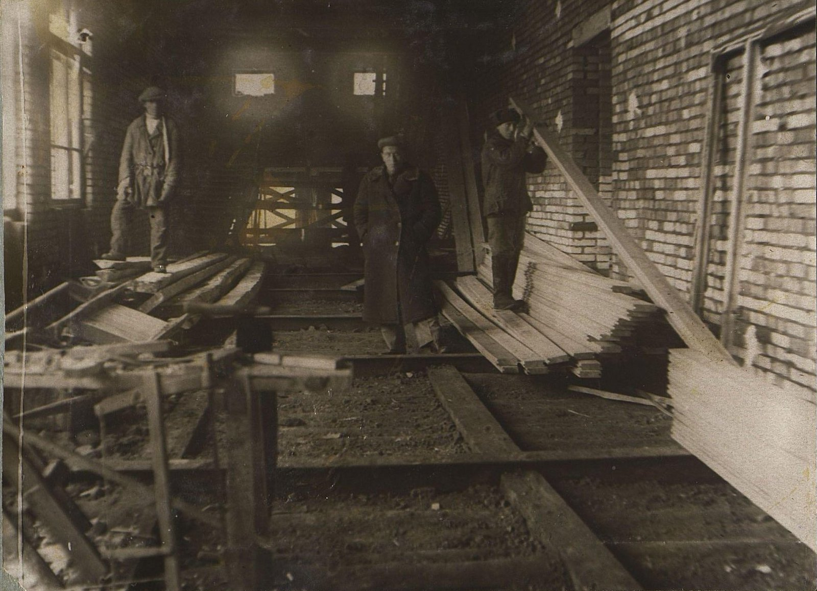 23. 1937. Ушаков И.Е. и другие на строительстве школы на 3-й Лесной улице. Март