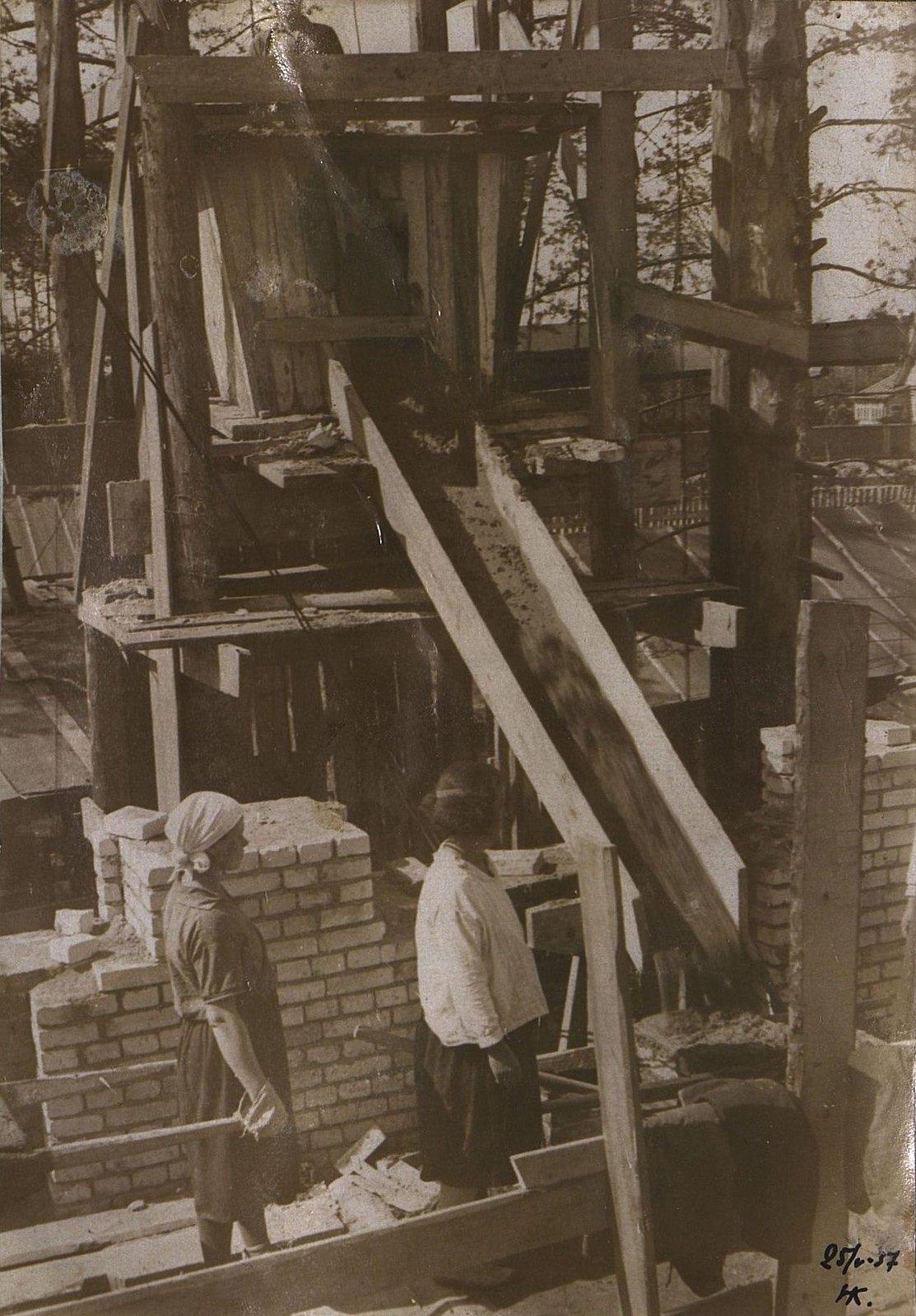 16. 1937. Каменщики за работой на строительстве школы на Нижней Пресне. 25 мая