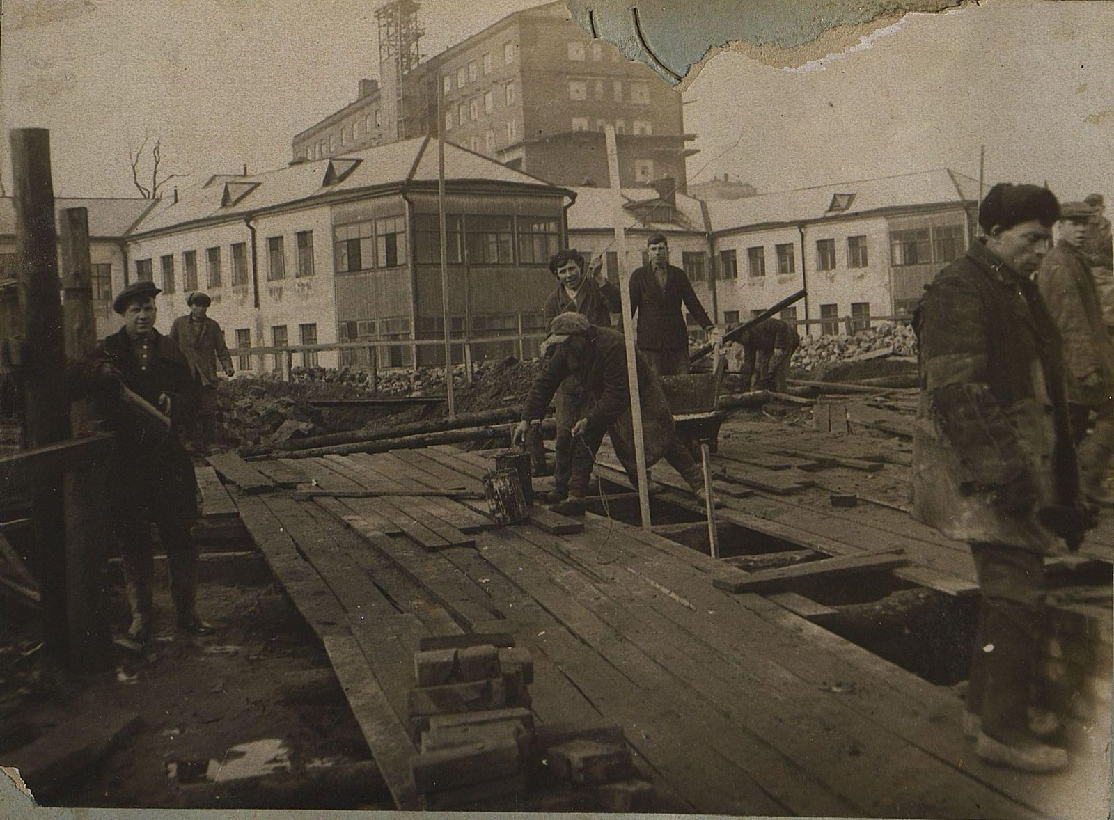 04. 1937. Строительство школы на улице Красина, дом 27. Март