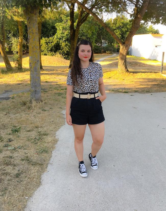 Look t-shirt léopard, ceinture raphia et short noir taille haute