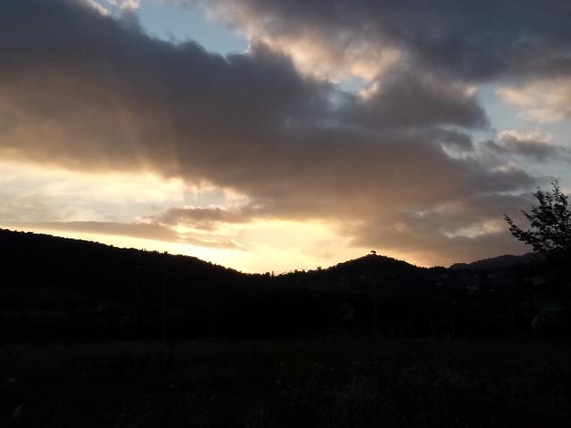 Eppure, a guardare certi tramonti, ci starei per ore.