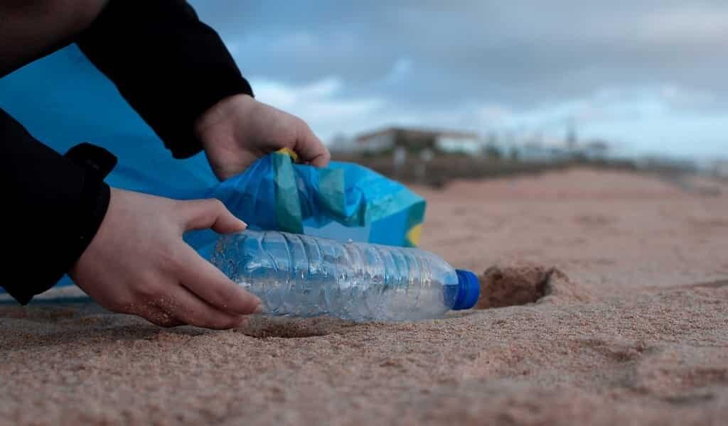 la-terre-est-confrontée-à-un-désastre-dû-au-plastique