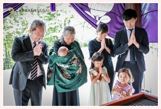 お宮参り ご家族そろって神さまに手を合わせる