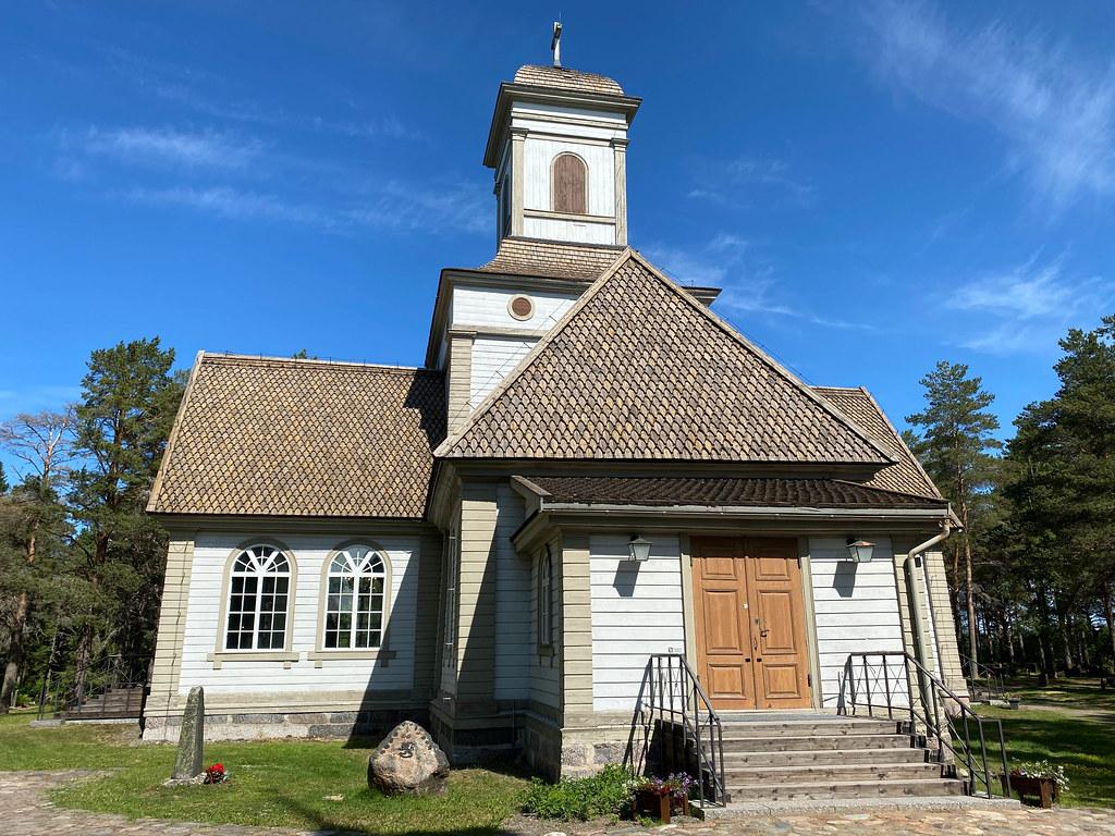 Siikajoen ristikirkko (1852) on nelisakarainen. Sen kahdessa sakarassa on aumatut katot, kahdessa päädylliset.