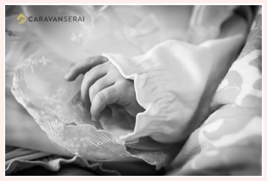 赤ちゃんの手のアップ モノクロ写真