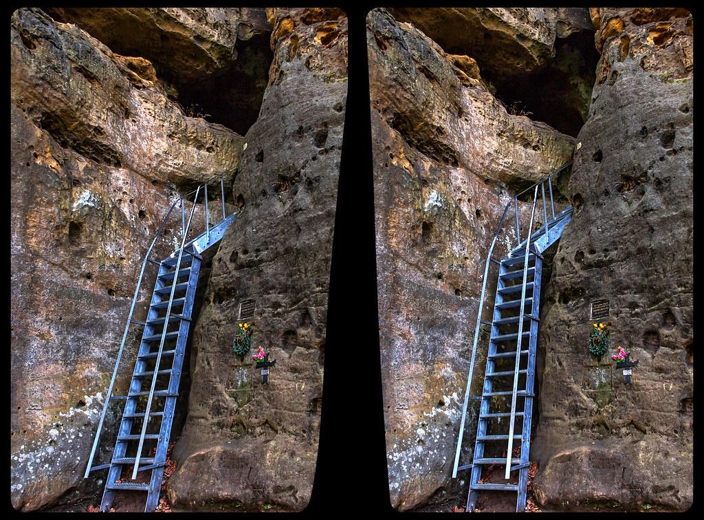 Entrance to rock castle Falkenstejn 3-D / CrossView / Stereoscopy
