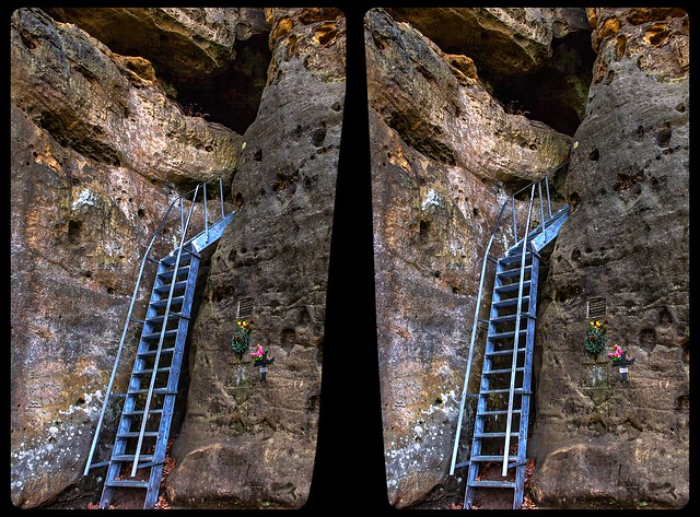 Entrance to rock castle Falkenstejn 3-D / CrossView / Stereoscopy