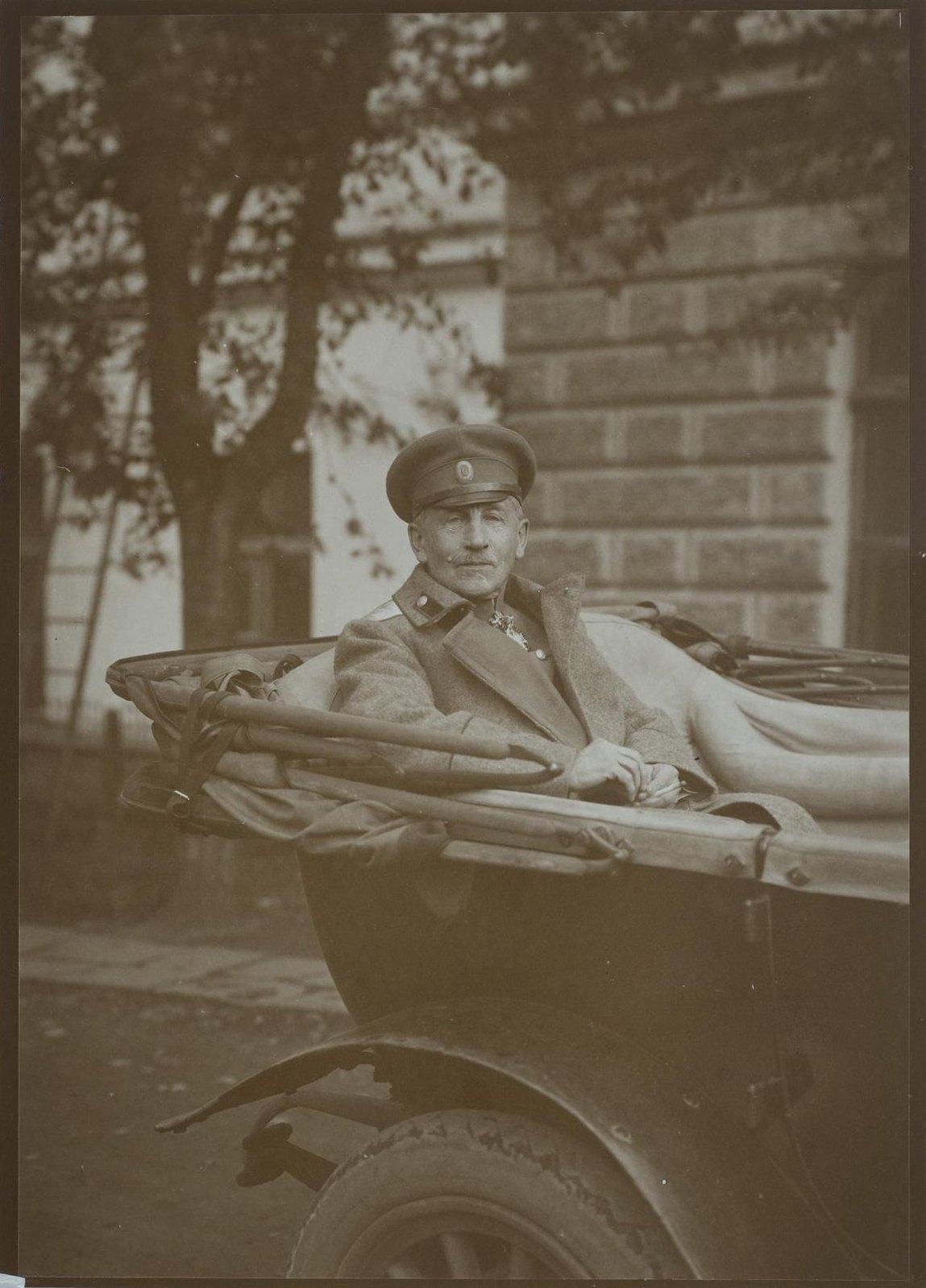 1900-е. ортрет неизвестного военного в автомобиле