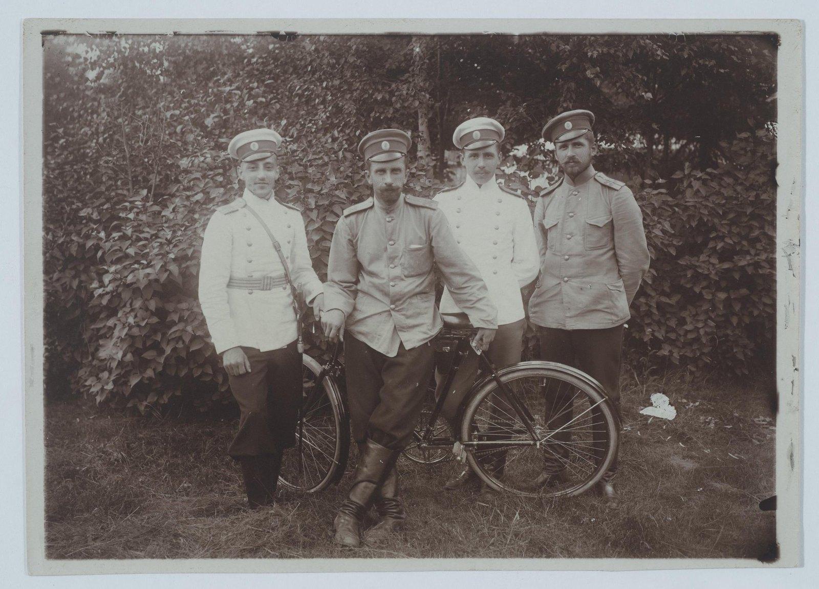 1900-е. Групповой снимок военных с велосипедом