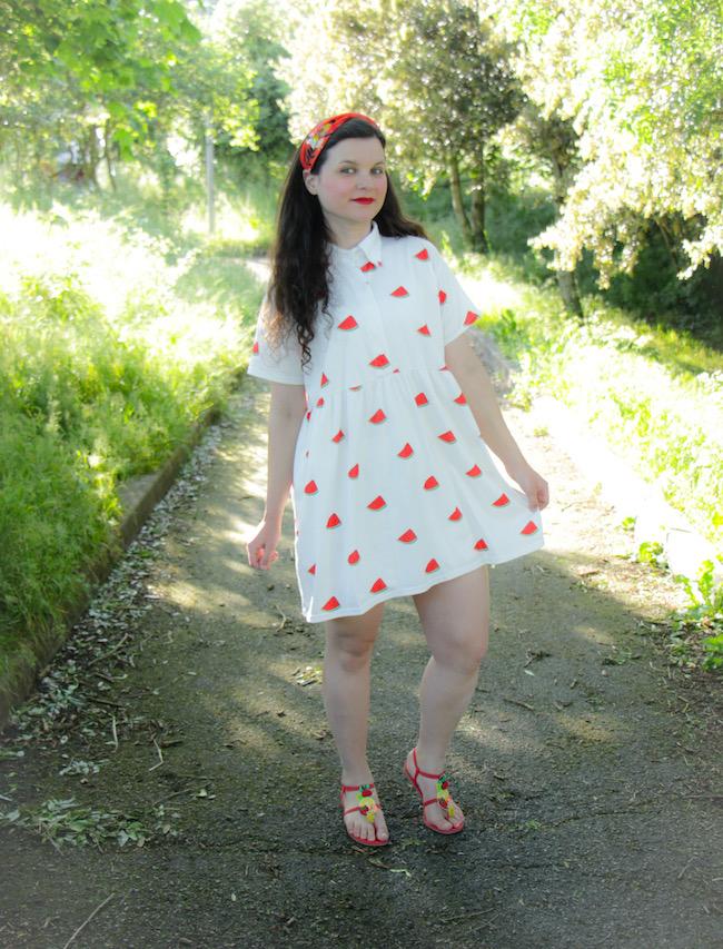 Look fruité en robe à pastèques et sandales à fruits