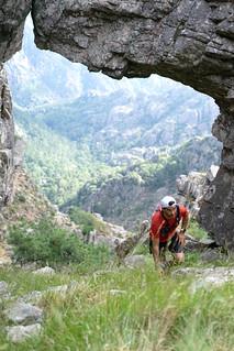 Des concurrents dans le passage de l'arche de Bocca Calva