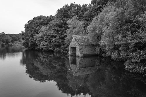 landscape derbyshire wingerworth greatpondofstubbing boathouse 18thc trees reflection blackwhite monochrome