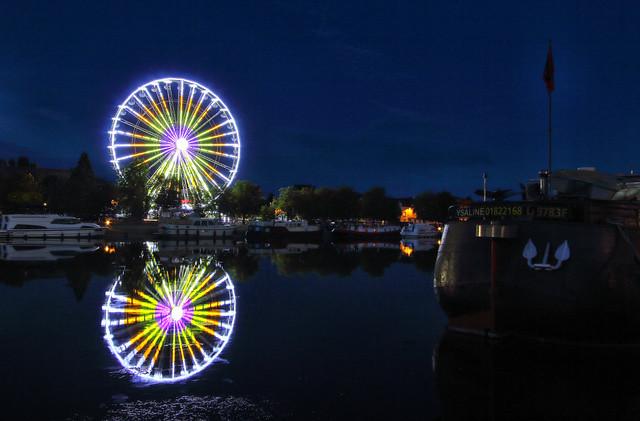 Grande roue et son reflet dans l'Yonne. Auxerre