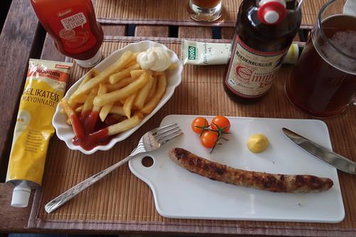 Bratwurst mit mittelscharfem Senf zu mittelgroßer Portion Pommes mit Mayo und Ketchup