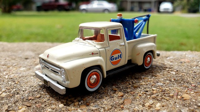1:64 scale Gulf tow truck by Greenlight.