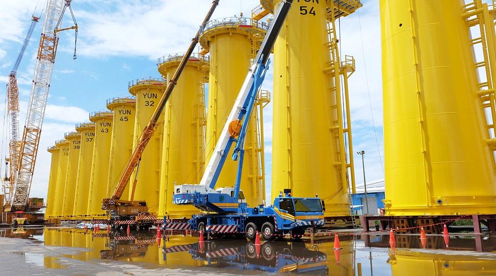 轉接段連接水下基礎與水上風機。此轉接段高26米、重420公噸。攝影:陳文姿