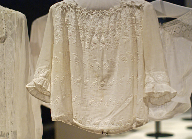 Bluse mit Maschinenstickerei - Blouse with machine embroidery (ca. 1910)