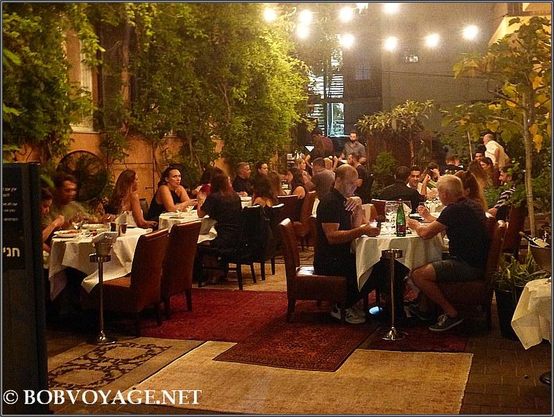 הישיבה בחלק החיצוני (החנייה) ב- הוטל מונטיפיורי (Hotel Montefiore)
