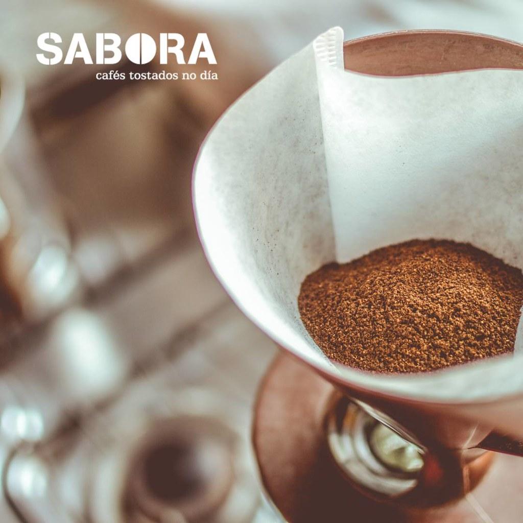 Café moído fresco en filtro