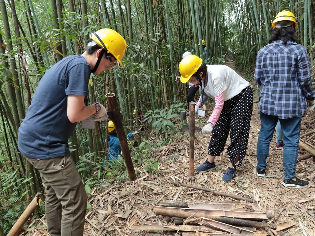 大家拿著鋸子、柴刀和錘子努力的完成工作,並保持安全。(攝影:王乙雯)