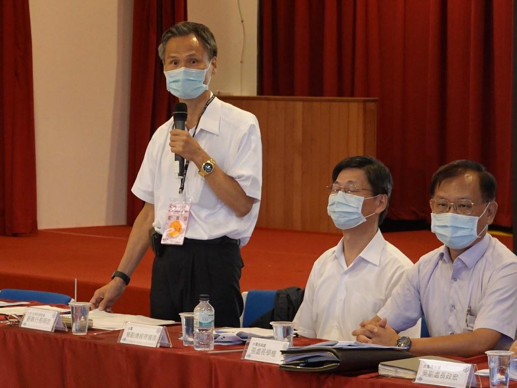 經濟部國營事業委員會執行長劉明忠(左一)再三強調,「新北市不會是最終處置廠址」。孫文臨攝