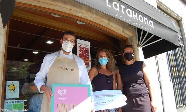 Mª Ángeles Vázquez recoge el segundo premio de la campaña 'El Día D' en La Tahona Delicatessen.