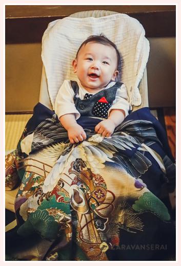 お宮参りの写真 お祝い着をキックする男の子(笑)