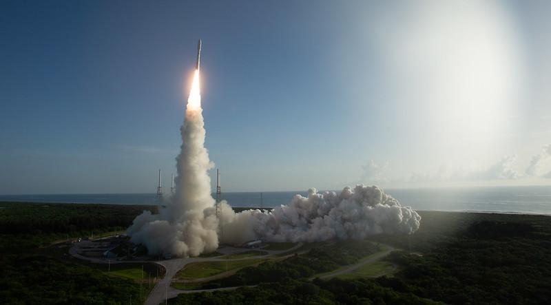 Tên lửa mang theo xe tự hành Perseverance và trực thăng Ingenuity trong sứ mạng The Mars 2020 rời khỏi mặt đất