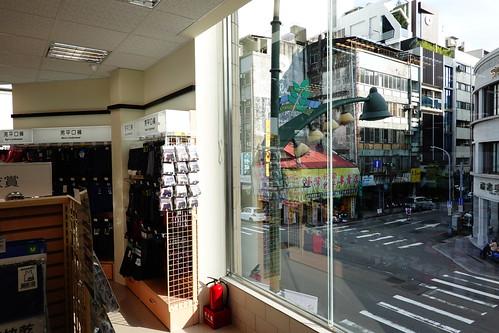 台中市中區寶雅POYA二樓往外看,台灣大道與市府路口