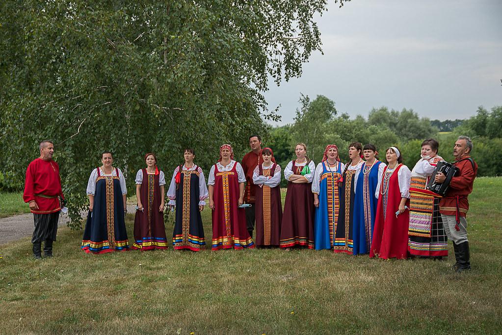 Выступление фольклорного коллектива музея на газоне у административного здания