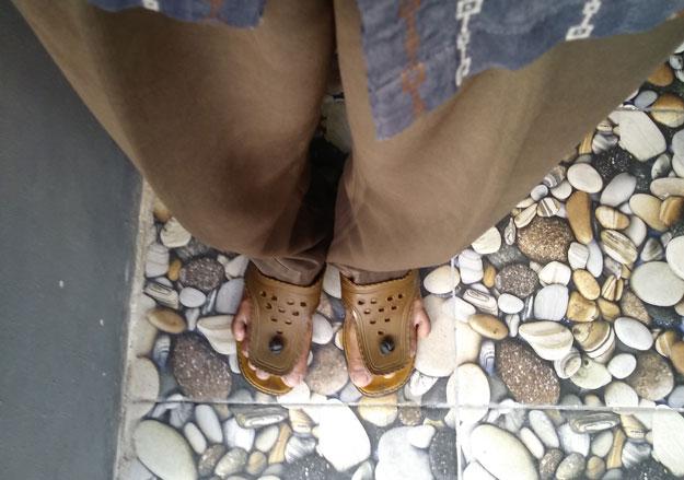 memakai-sandal-lily-jadul-bertahun-tahun