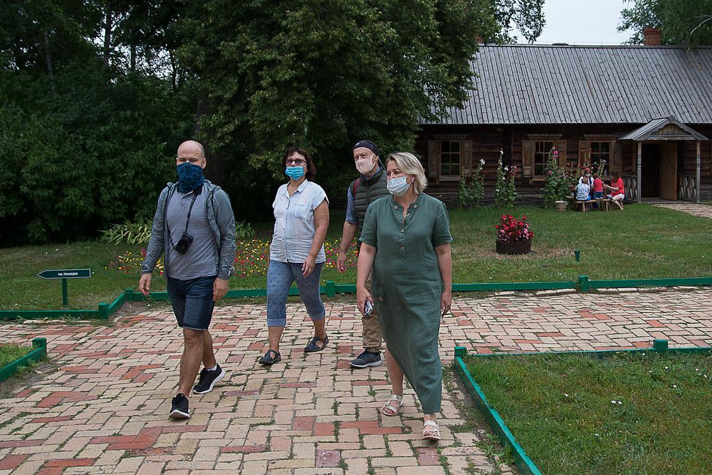 Экскурсии по территории усадьбы и барскому дому. Фотограф Семенов Александр